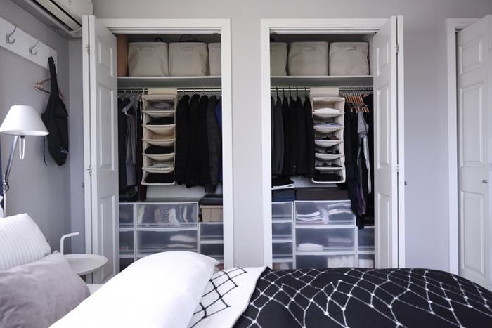 無印良品の収納ケースをバランスよく配置したクローゼット収納例です。シンメトリーに配置した、秀逸で真似したいアイデアです。寝室(ベッドルーム)をモノトーンのインテリアや小物でコーディネートしても素敵です。