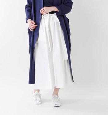 ゆったりシルエットのシンプルスカートです。こちらは、裾に向けて少しづつ膨らんでいる、丸みのあるラインが特徴的。ウエストは総ゴムなので、長時間おでかけの時もラクちんです。