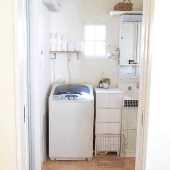洗濯機周りをすべて白に揃えることが難しい場合は、白のほかにもう1色テーマカラーを決めて配置すると、また違った雰囲気のランドリースペースを作ることができます。+1カラーの選び方によって、モダンなイメージやナチュラルなイメージなど、お好みのテイストにコーディネートできますよ。