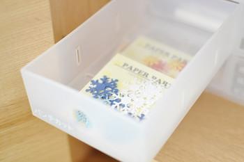 引出しの内寸が、幅9×奥行22.5×高さ4cmなので、仕切り板で区切ることもできます。仕切り板をずらすことで文房具などの長さがあるものの収納もできて便利です。