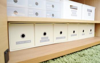 下段の収納ボックスもニトリでコーディネイト。家電のコードや電池などの小物は透けていないボックスに収めてすっきりと。