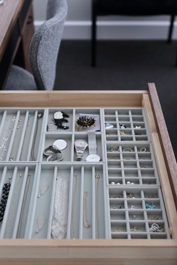 アクリルケースにセットして使えるベロア素材の内箱もあります。 アクリルケースと一緒に使うことができるのはもちろん、ドレッサーやデスクにinして時計やサングラスなどをセットして使っても便利です。