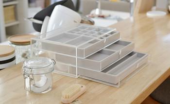 アクリルケースにセットして使えるベロア素材の内箱もあります。