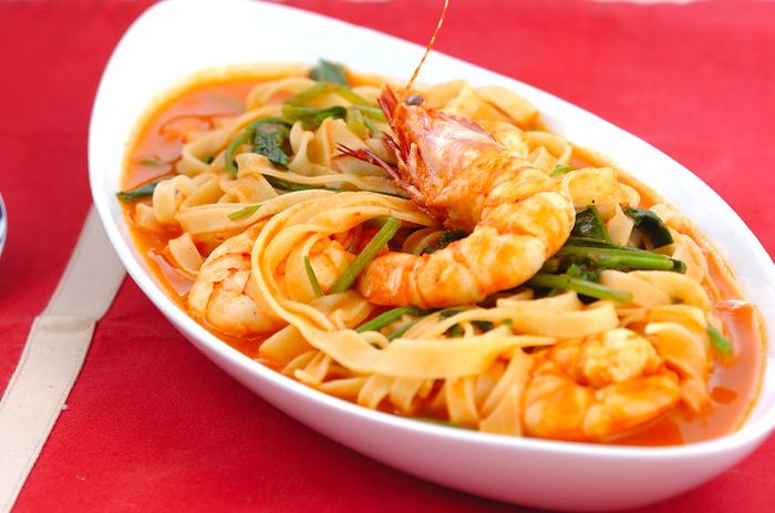 本来であれば時間も手間もかかるアメリケーヌソースを、トマト缶を使ってお手軽に。時短レシピですが、海老の旨みをあますことなく堪能できます。