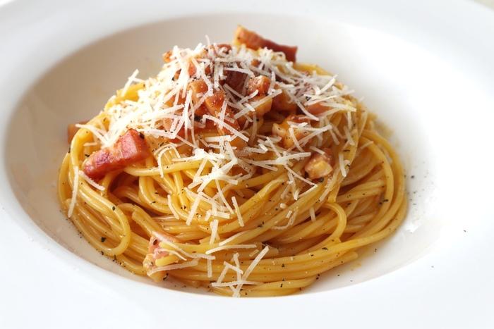 パスタの定番カルボナーラを、発祥の地であるローマのレシピで。シンプルだけど奥が深く、チーズにこだわればさらに本格的な味わいになりますよ。