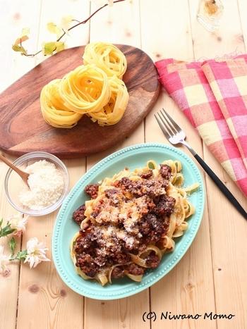 日本ではボロネーゼやミートソースの名前でお馴染みですが、本場・北イタリアのものはお肉をふんだんに使った食べごたえのある一品。チーズと一緒にソースをたっぷり絡めて召し上がれ。