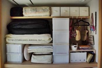 上にできた空間に布団を、下にはマットやリネンを収納して完成です!  とってもスッキリと収納できて、しかも布団の下が空くので通気性がよくなり湿気も防げる一石二鳥なアイデアです。