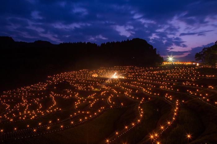 毎年秋になると、大山棚田ではライトアップが行われます。畦に灯された無数の灯りと漆黒の夜空が見事に融和し、神秘な的景色が現われます。