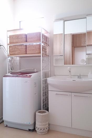 洗濯機の上も無駄にはしません。ユニットシェルフを置けば、素敵な収納スペースができあがります!