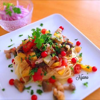 トマト、パプリカ、ナス、ズッキーニなど、ゴロゴロ野菜が主役のパスタです。キュッと冷やして口当たり良く。彩りも美しく、シンプルなプレートによく映えます。