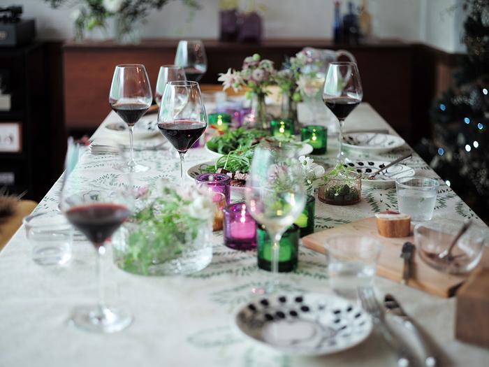 グラスの形には実はさまざまな計算とこだわりがあるんですね。 こうした知識を得ても、実際にワインを飲んだ時に味の違いがわかるかといったら、それはまたそれぞれの味覚や経験によります。複雑な味わいを感じ分けるには、飲んでみるしかありません!ぶどう種の違い、産地による特徴、酸味や渋味のバランス、そしてグラスの形との関係など、興味を深めながらワインを楽しんでください。