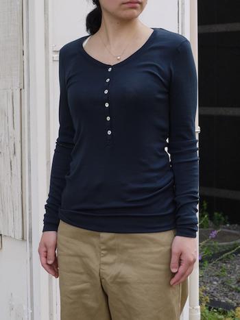 オールシーズン着ることができるロングTシャツもあります。キャミソールを合わせてボタンを開けて着ても◎