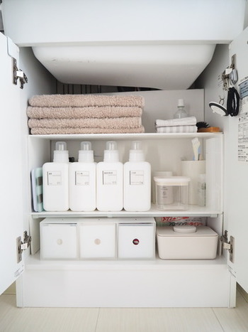 水回りで使うそのほかのアイテムは、洗面下のスペースに整理されているそう。洗剤や柔軟剤ほど毎日使うものでないなら、こちらに収納しても充分なんですね。『洗濯機上には棚が必要』という固定概念をなくすと、もっとシンプルなランドリースペースが出来上がるという好例です。