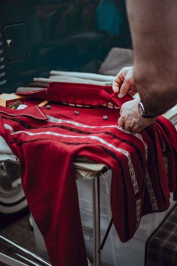 服を捨てることに抵抗がある方は多いものです。まだキレイだったり、高価なものだったり。思い入れがあるほど、もう着ないと思っていてもなかなか手放せないですよね。そんな方は、服を捨てるのではなく、「役立つ人のところへ送り出す」と考えてみてはいかがでしょう。リサイクルショップやチャリティー、フリーマーケットやオークションを活用するのも手です。 クローゼットの中で眠っている服は、本来の役割を果たしていないのも同然です。それならばもっと役立つところへ送り出してみませんか?
