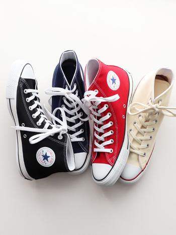 カジュアルの定番「スニーカー」も、大人のマリンスタイルに必要不可欠なアイテムです。きちんとした印象のジャケットや、フェミニンなスカートにスニーカーを合わせることで、抜け感のある爽やかな着こなしになります。どんなスタイルにも上品に馴染む白スニーカーをはじめ、コーディネートのアクセントになるネイビーや赤スニーカーも人気です。
