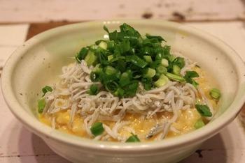 ご飯から作る味噌仕立てのおかゆ。半熟の卵の上にしらすとねぎをたっぷり乗せて。