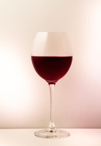 ボルドーワインの特徴は、複数のぶどう品種がブレンドされていること。その複雑な味に適したグラスは、ブルゴーニュよりボウルが細め。飲み口にかけてのカーブが緩やかで、ワインがゆっくりと舌全体に広がります。渋味のあるワインや、甘味が少ないしっかりとしたフルボディのワインにはこの形がおすすめ。