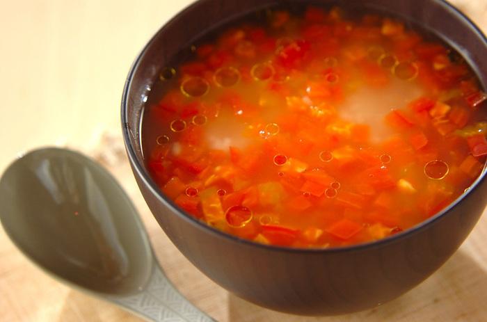 ちょっと斬新な真っ赤なおかゆ。トマトの酸味で爽やかな味わいです。仕上げにお好みで、トマトと相性のいいオリーブオイルを垂らして、イタリアンテイストに。