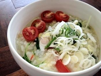 水菜、プチトマト、ねぎ、パプリカなど野菜がたっぷり入って栄養満点。オクラのとろとろ感がおいしいおかゆです。