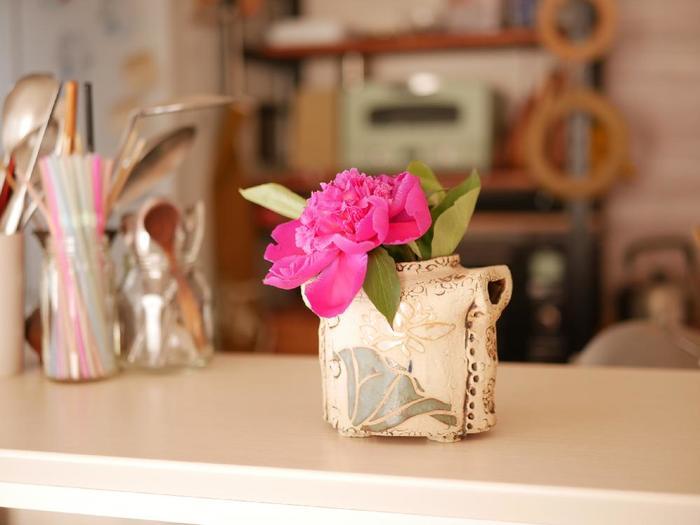 水分が少ないお花、茎がスポンジ状になっているお花は、切り口を焼きます。コンロの火やガスバーナーなどの、火力が強いものがおすすめ。少し焦げ目がつくまで焼き、すぐに冷水に浸けます。