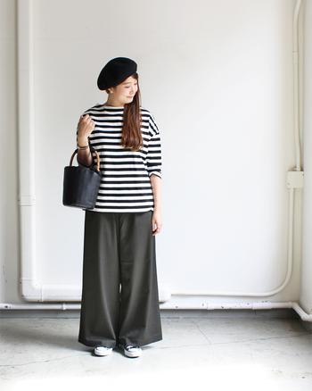 こちらのコーディネートは、カットソー×ワイドパンツのゆったりシルエットが女性らしい印象です。ボーダーとベレー帽という、シンプル&シックなパリジェンヌスタイルがとても素敵ですね。足元はスニーカーで外すことで、大人顔のモノトーンマリンに程よいカジュアル感がプラスされます。