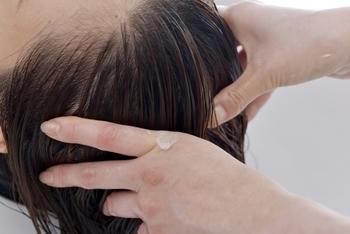 シャンプーやトリートメントが背中に残っていると、毛穴を詰まらせてにきびの原因になることがあります。髪の毛を洗った後で体を洗うと流し残しを防げるので安心です。シャンプーやトリートメントをした後に、背中までしっかり流い流すようにしましょう。