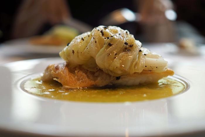 こちらは、若狭甘鯛のウロコ焼き。 キャベツとトリュフのサフランソースが贅沢に香ります。