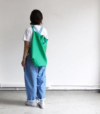 こんな風に斜めがけすると両手が空いて動きやすい!デニムのオールインワンとグリーンのバッグの相性も抜群ですね。