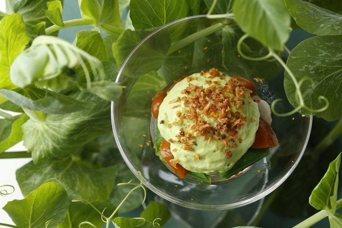 きれいなグリーンが目にも美味しい前菜。素材の香りまで伝わってきそうな、素材の味を存分に活かしたお料理が自慢。