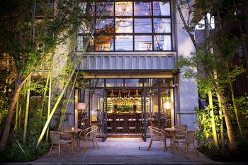日本の伝統食材とフレンチが融合した「クラシカ表参道」。閑静なロケーションに佇む人気のフレンチ料理店です。ウェディング会場としても人気で、自然の温もりあふれる空間でゆっくりとフレンチがいただけます。