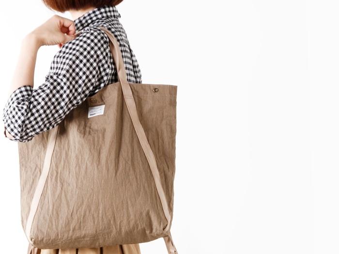 ヴィンテージ風の生地を使ったシンプルなバッグ。どことなくミリタリーライクな雰囲気も漂い、持つだけでカジュアルコーデを格上げしてくれます。ちょっとした旅行やアウトドアはもちろん、デイリーユースとしても◎。