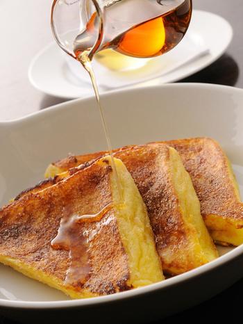 ふわふわのフレンチトーストに、メープルシロップをたっぷりとかけて。デザートも大満足の美味しさです。