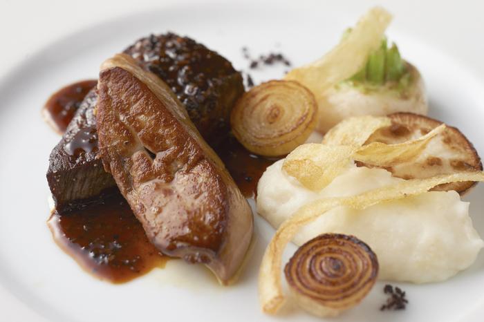 やわらかでジューシーなお肉に、濃厚な味わいのソース。添えられたマッシュポテトと一緒にいただきます。