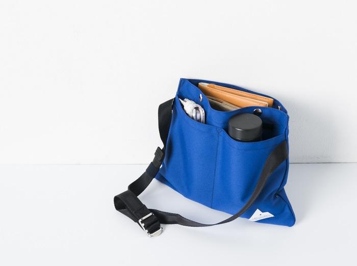 お財布やスマートフォンなど頻繁に出し入れする物を入れておくサブバッグがあると、大きなバッグの中をがさごそ探さずにすみます!  こちらはミニマルなデザインが魅力のナイロン製サコッシュ。手帳やお財布だけでなく、手前のポケットにはスマフォと500mlペットボトルまで入れることができます◎。