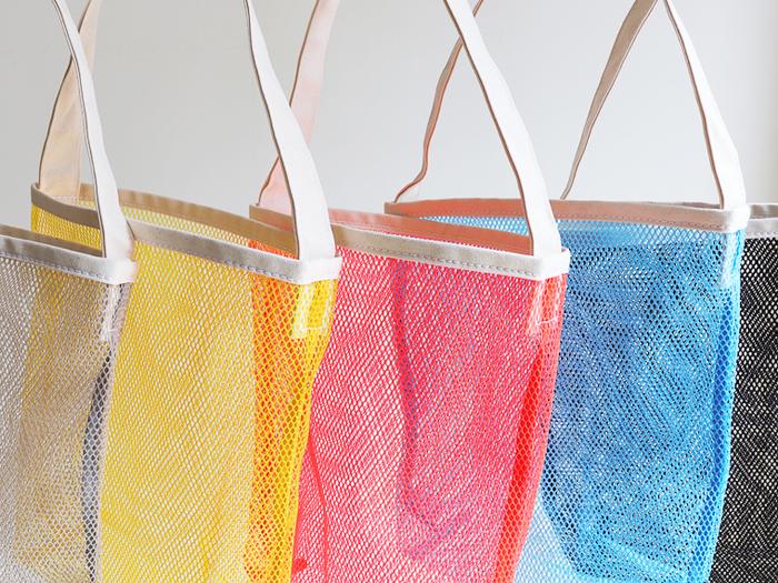 メッシュ素材のシングルトートバッグは旅行やレジャーシーンにぴったりのアイテム。くるくると小さく折り畳めるのでバッグインバッグとしても◎。持ち手は肩にかけられるくらいの長さです。
