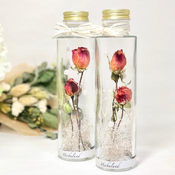 ハーバリウムは、ガラス瓶にピンセットでドライフラワーとグリーンを交互に入れ、ハーバリウムオイルを注いでふたをするだけ。ピンクの薔薇など感謝の意味を持つお花で作ってみましょう。