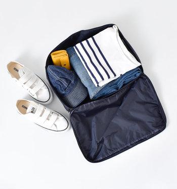 1日分のコーディネートやシューズも入るしっかりとした大きさ。コーデごとにパッキングするのもいいですね。お風呂セットをまとめて収納するのにも便利です。