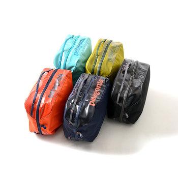 撥水加工が施されているので水回りでも安心◎。また、ジッパーの上部にハンドルが付いているので持ち運びしやすく、ドアノブなどに引っ掛けておくこともできます。  5色展開なので数色そろえて用途別に使い分けるのも楽しそう♪