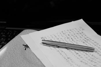 手紙は何度も読み直すことができ、形として残るもの。なのでしっかりマナーも覚えておきたいものです。手紙にはいくつか決まりごとがあります。そこで目上の人に失礼にならない手紙のマナーをご紹介します。