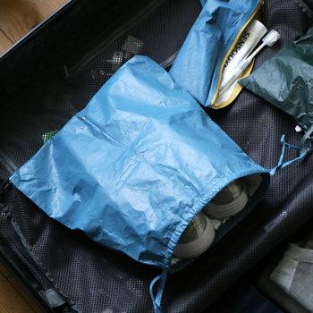 独特のシワ感が他にはない特別感を演出する「HAY(ヘイ)」のパッキング用バッグ。巾着タイプの他にジップタイプもあり、それぞれS・M・Lと3サイズから選べます。オシャレなだけでなく機能性もバツグン◎破れにくく劣化もしにくい。濡れてしまった靴でさえ収納できます。  こんなに素敵なポーチがあれば、旅行の準備も楽しくなりそう。