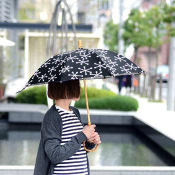 洗練された大人の女性にふさわしい日傘。シックな雪の結晶のデザインは、カジュアルな装いだけでなくキレイめコーデや浴衣にも似合います。街歩きの旅にもぴったりですし、晴雨兼用なので急な雨でも安心です。長傘と折りたたみの2つから選べますが、旅を意識するならやっぱり折りたたみが◎。