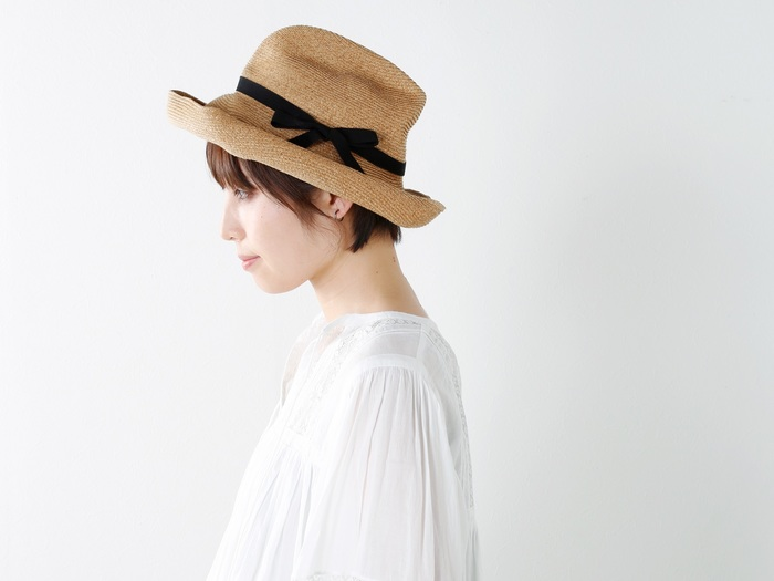 春から初夏にかけてのお出かけは、紫外線対策も必須!せっかくなら旅のコーディネートをセンスアップしてくれるようなオシャレなアイテムを選ぶように心がけて。  こちらは神戸発の帽子ブランド「mature ha.(マチュアーハ)」のストローハット。ナチュラルな風合いたっぷりですが、被ると女性らしいエレガントな雰囲気が漂います。しっかりと日差しをカットしてくれる広めのツバがポイント。くしゅっと折りたためるので旅行用としてもおすすめです。