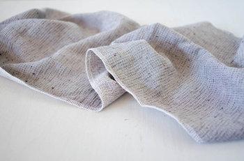 タオルの産地今治発のブランド「kontex(コンテックス)」のフェイスタオル。吸収・速乾性に優れていて、濡れたタオルを手絞りして干すと室内でも1時間ちょっとで乾いてしまいます。旅行や温泉、スポーツやガーデニングなど、あらゆるシーンで役に立つタオルです。  カラーバリエーションも豊富ですが、いずれもナチュラルで優しい色合いです。
