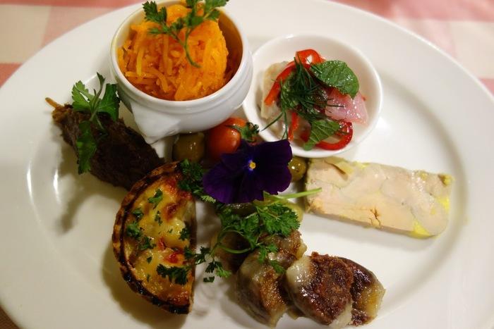テリーヌにキャロットラペ、キッシュなど、いろいろな料理が一度に味わえるアラカルト。