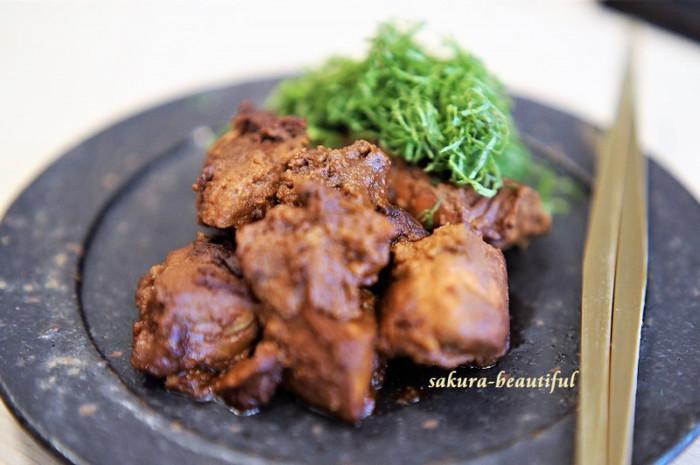旬の食材を活かした懐石料理。丁寧にじっくりと焼かれたお肉料理は、近江牛の少し甘目のすき煮。ピリリときいた黒七味が、味にアクセントをプラスしています。一口食べて思わず微笑みたくなる美味しさ◎