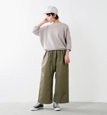 ヒップラインが隠れる緩やかワイドパンツ。ストンと落ちた裾はロールアップしてもgood!ワイルドになりがちなカーキをグレーのトップスが抑えています。