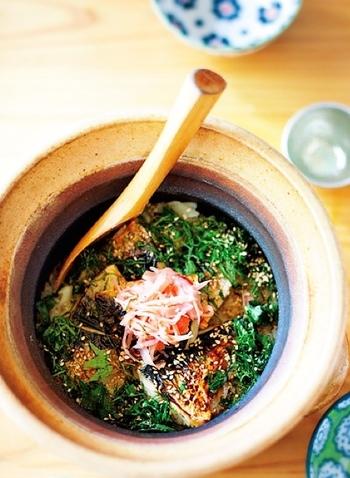 香ばしい焼き鯖がたまらない、『焼き鯖の薬味土鍋ごはん』。野菜や薬味もたっぷりと入っていて、美味しくどんどんとお箸がすすみます。