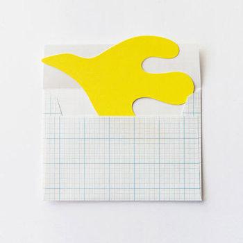 方眼用紙風の封筒から飛び出すの黄色の鳥は、愛らしいイラストが人気の鹿児島睦さんが手がけるレターセット。鹿児島睦さんの造る造形作品は、丸みを帯びていて優しくほっこりとした気持ちになれるものばかり。色違いもあり、どれを送ろうか頭を悩ませてしまうかわいいレターセットです。