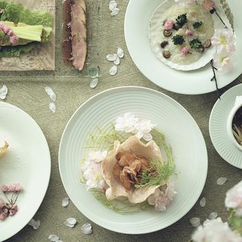 見た目にも上品な、春らしい前菜。淡いピンクと中華との組み合わせが、今までになく斬新です。