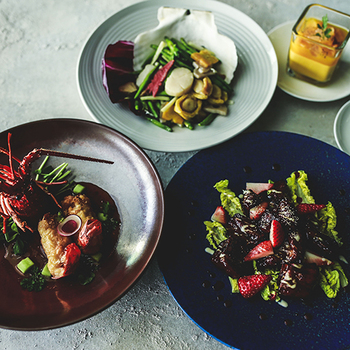どのお料理も盛り付けや色どりがとてもきれいで、思わずうっとりしてしまいます。海の香りと海老の甘みが口の中に広がる伊勢海老料理や、イチゴの甘酸っぱさがポイントになったサラダなど、新鮮な組み合わせのメニューが揃います。